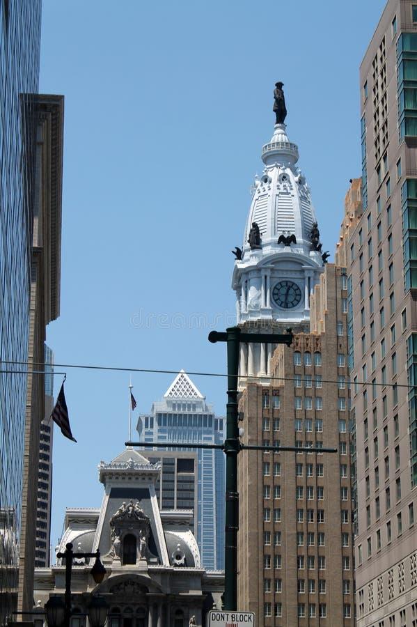 在现代大厦中的老市政厅 免版税图库摄影