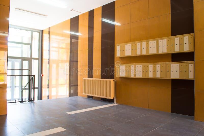 Download 在现代大厦的入口与邮箱 库存照片. 图片 包括有 布琼布拉, 中心, 门阶, 事故, 房子, 关键字, 邮箱 - 72364774