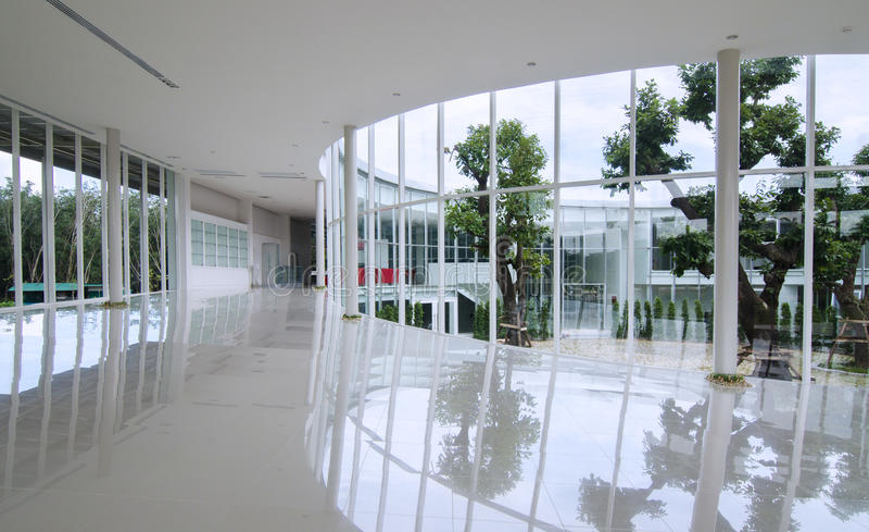在现代大厦的曲线玻璃墙 库存照片