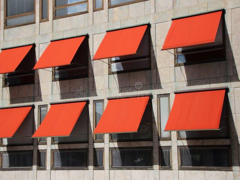 在现代大厦的透视图与红色遮光罩 免版税库存图片