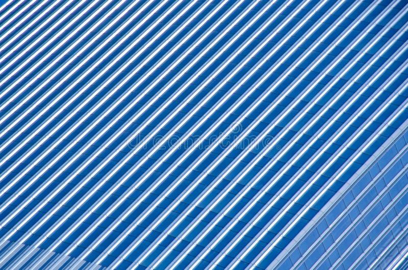 在现代大厦窗口的玻璃反射 免版税库存图片