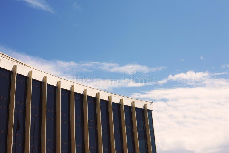 在现代大厦,天空云彩的现代玻璃剪影 免版税库存照片
