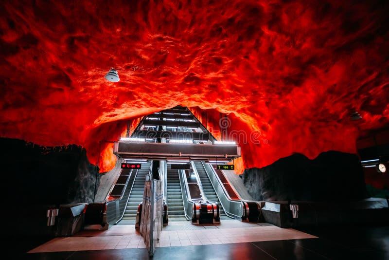 在现代斯德哥尔摩地铁火车站的自动扶梯 图库摄影