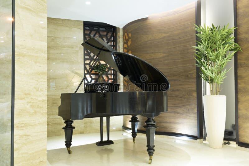 在现代旅馆大厅的钢琴 图库摄影