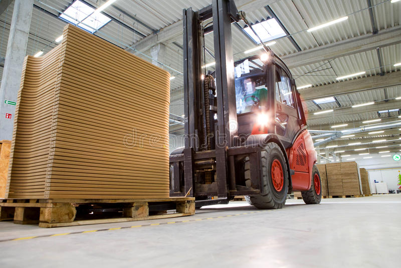 在现代生产设施的叉架起货车运输 免版税库存图片