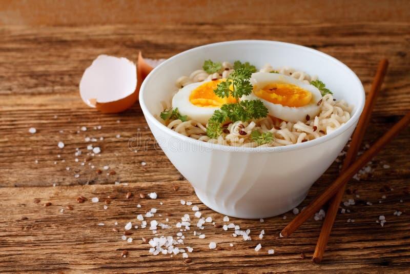 在现代白色碗的中国汤 库存照片
