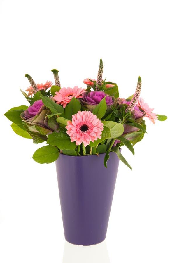 在现代蓝色花瓶的混杂的花束花 库存照片