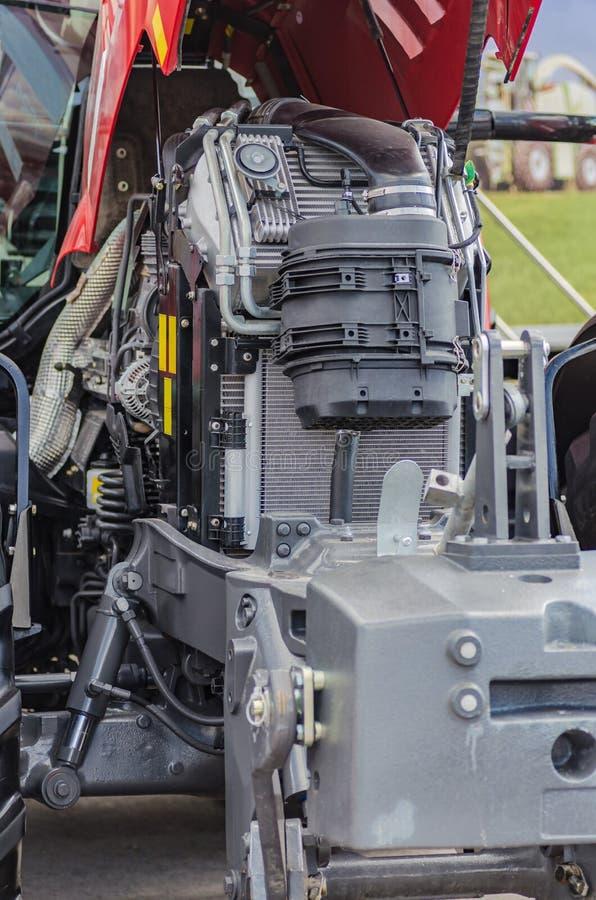 在现代设计的强有力的高科技拖拉机用内燃机 库存图片