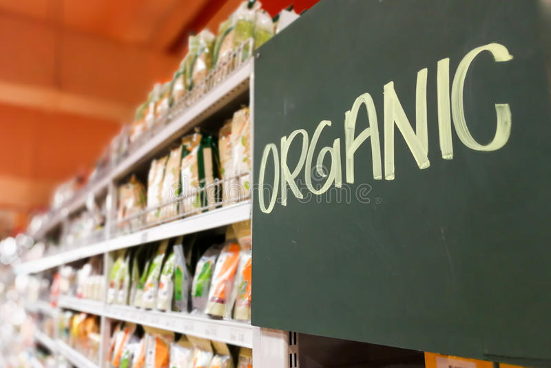 在现代超级市场杂货走道的有机食品标志 免版税库存照片