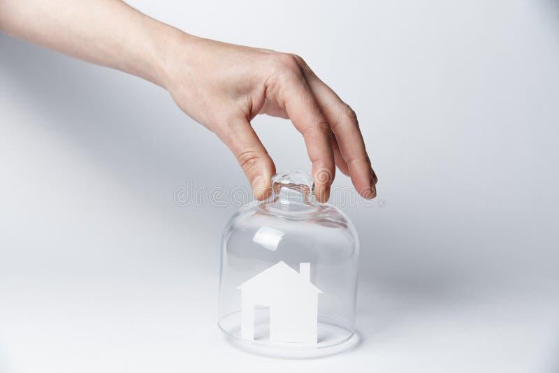 在玻璃下的白色房子 图库摄影