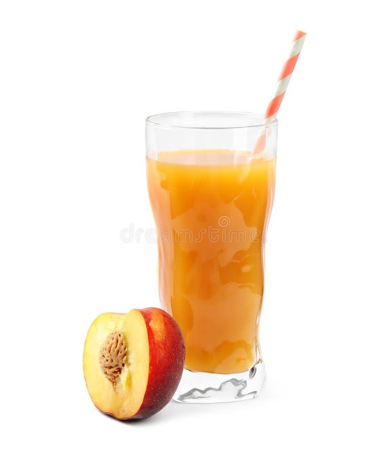 在玻璃和新鲜水果的可口刷新的桃子鸡尾酒在白色 图库摄影