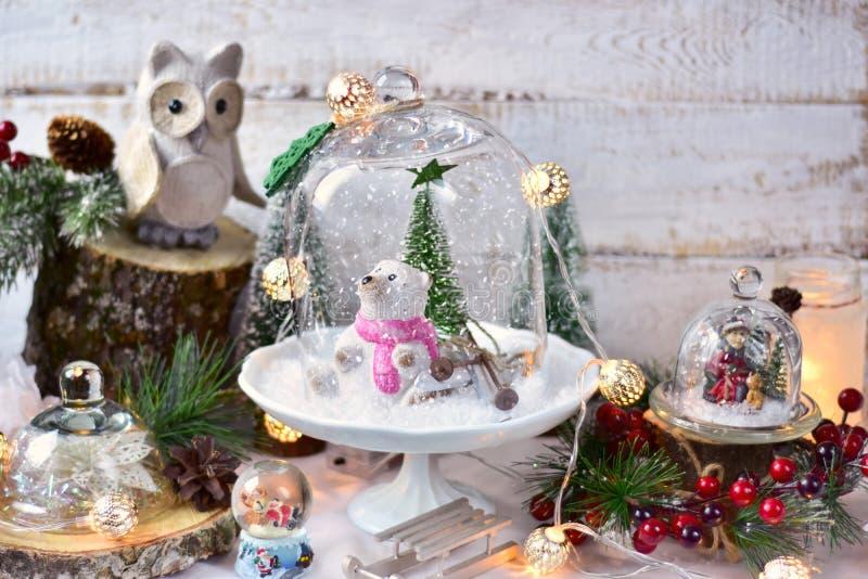 在玻璃圆顶的减速火箭的样式圣诞节装饰 免版税图库摄影