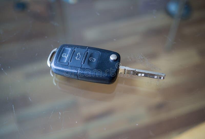 在玻璃桌上的汽车钥匙 库存照片