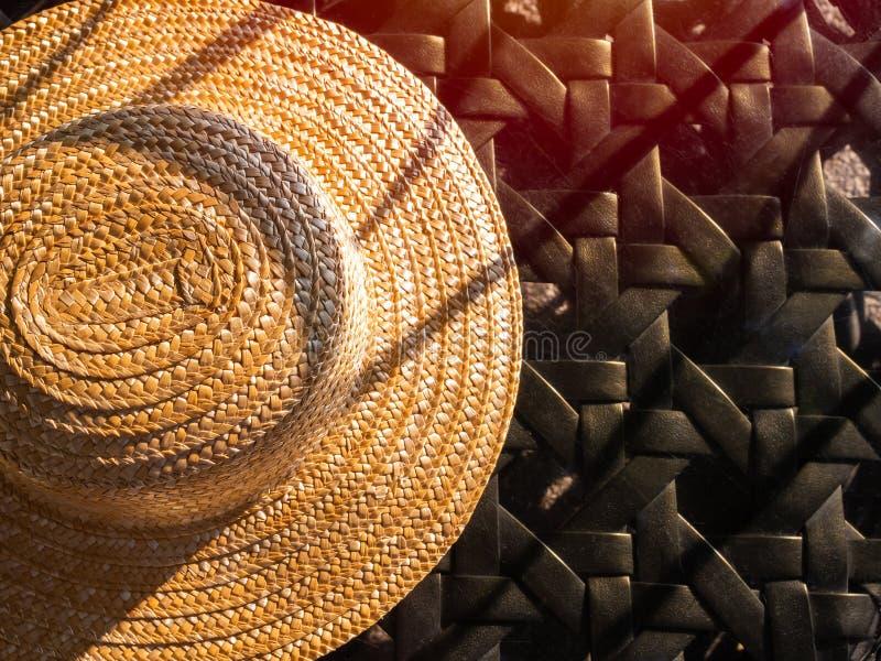 在玻璃桌上的编织的帽子 库存图片
