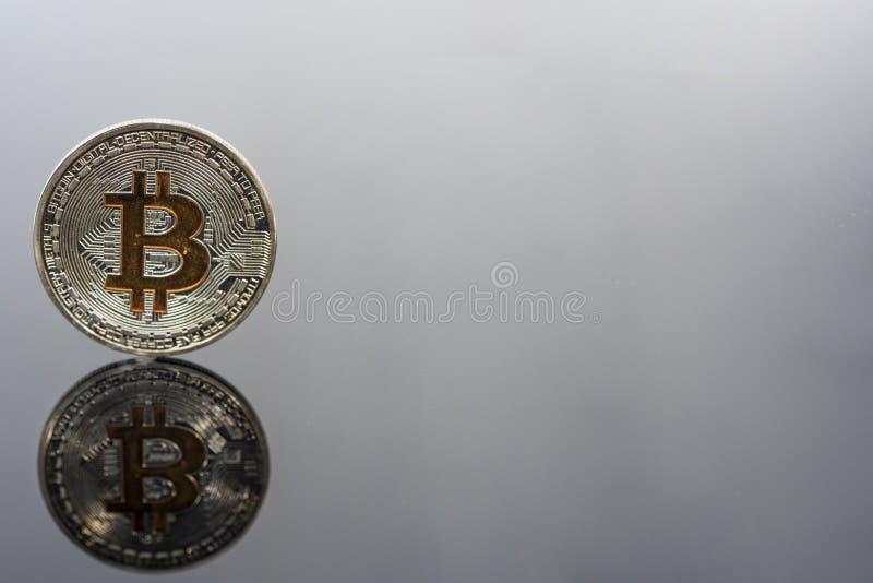 在玻璃桌上的金黄Bitcoin 真正cryptocurrency抽象照片  库存图片