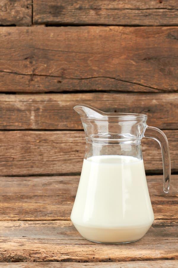 在玻璃水罐的有机牛奶 库存图片