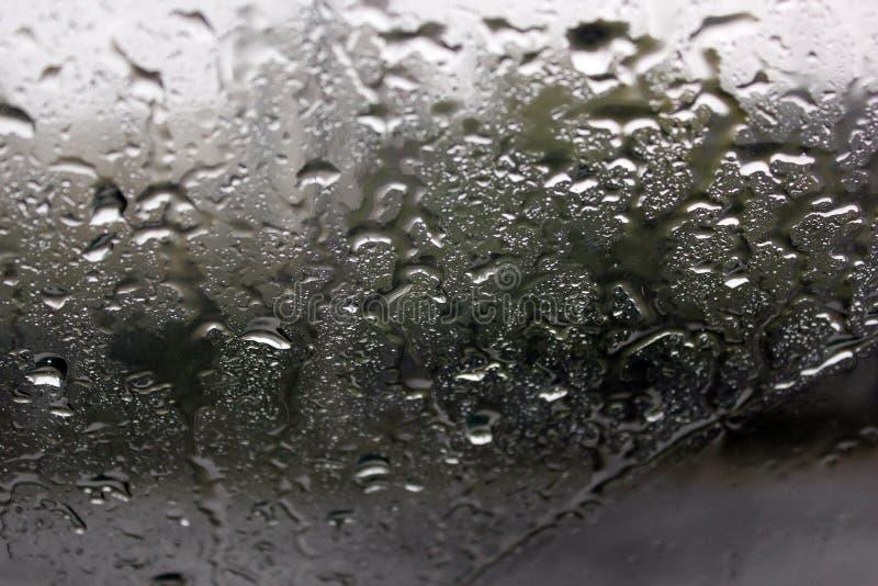 在玻璃特写镜头的雨珠 免版税库存照片