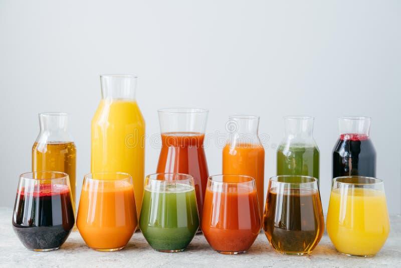在玻璃瓶子的冷的有机果汁反对白色背景 健康饮料概念 包含维生素的自创饮料 免版税库存照片