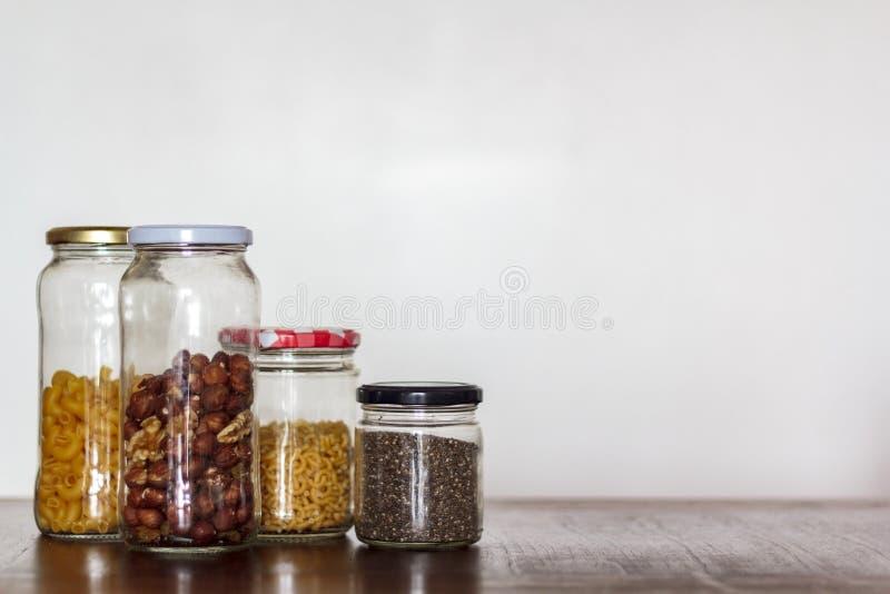 在玻璃瓶子的食物有拷贝空间的 零的废物,塑料自由概念 图库摄影