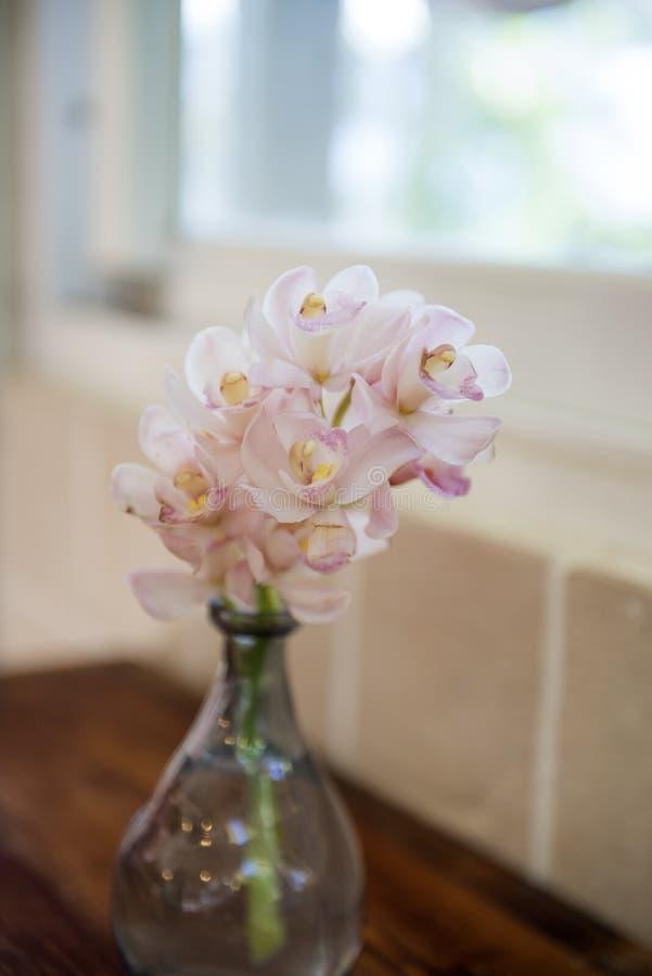 在玻璃瓶子装饰的花 图库摄影