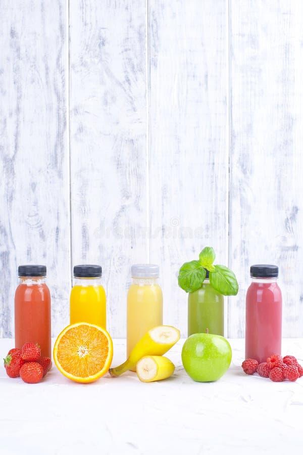 在玻璃瓶的有机经冷压制作过的未加工的蔬菜汁 维生素和健康食物 复制空间 库存照片