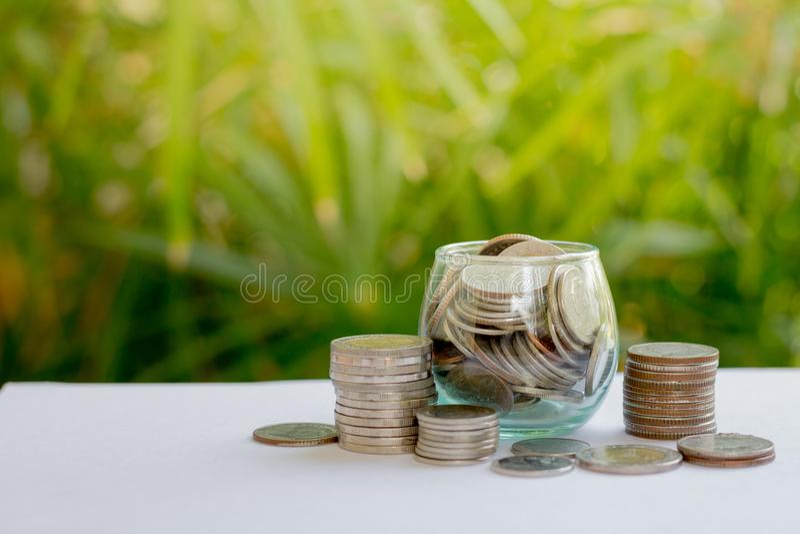 在玻璃瓶的硬币有金钱堆的提高生长成长挽救金钱,概念财政商业投资 免版税库存图片