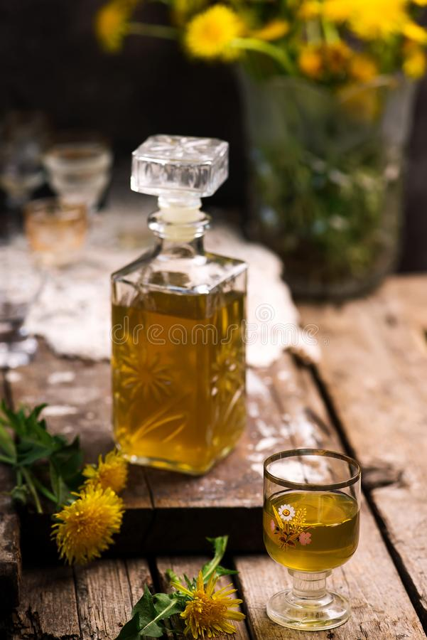 在玻璃瓶的蒲公英甘露酒 样式葡萄酒 免版税图库摄影