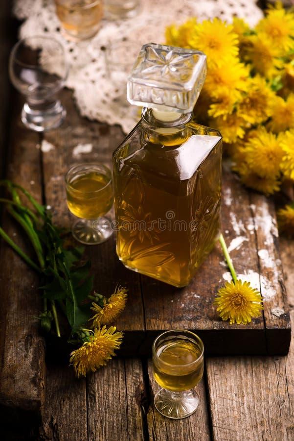 在玻璃瓶的蒲公英甘露酒 样式葡萄酒 库存图片