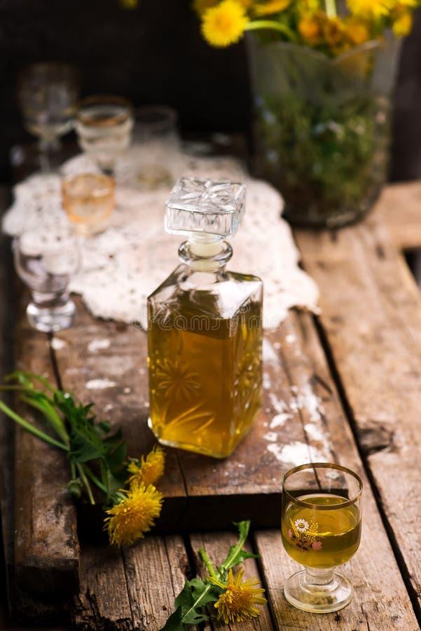 在玻璃瓶的蒲公英甘露酒 样式葡萄酒 免版税库存照片