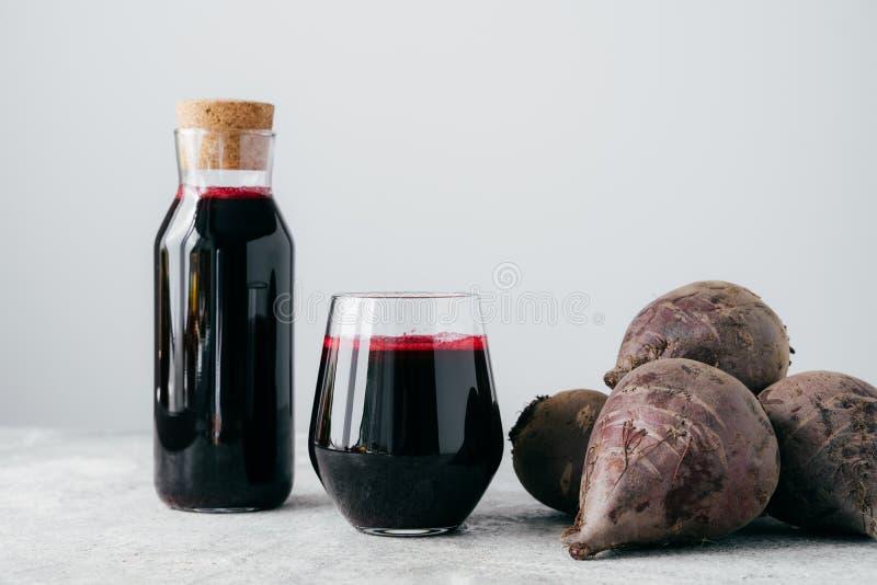 在玻璃瓶,近未加工的红色甜菜的新鲜的明亮的甜菜根汁,隔绝在白色背景 r 自然的戒毒所 免版税图库摄影