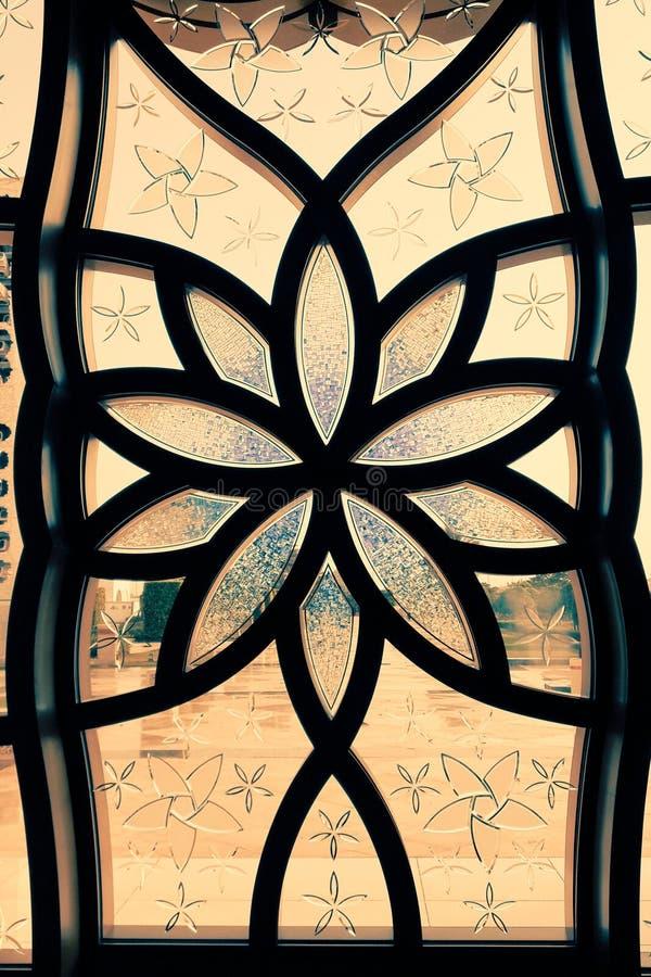 在玻璃的伊斯兰教的花设计 免版税库存图片