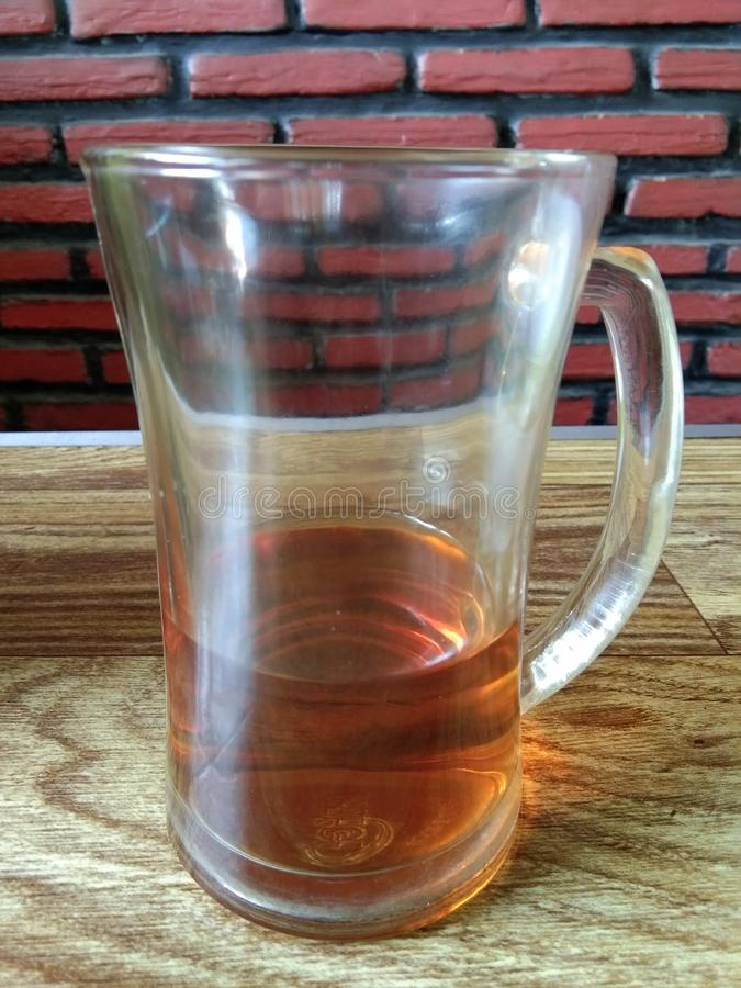 在玻璃的剩余的茶饮料 免版税库存照片