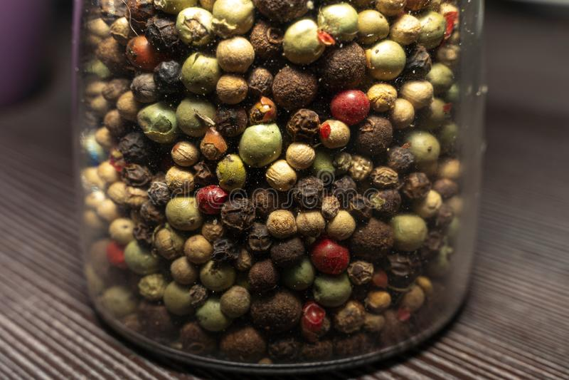 在玻璃的各种各样的混杂的干胡椒 免版税库存照片