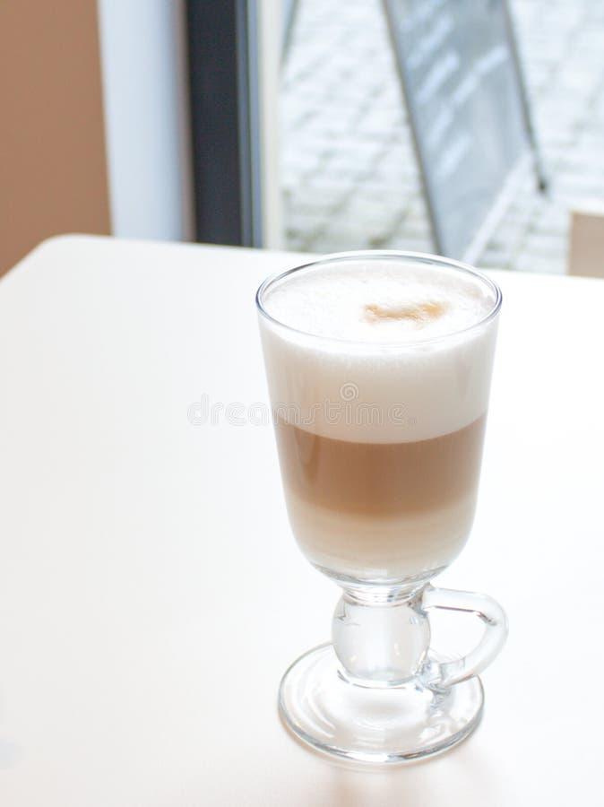 在玻璃的咖啡拿铁与伟大的白色泡沫 库存图片