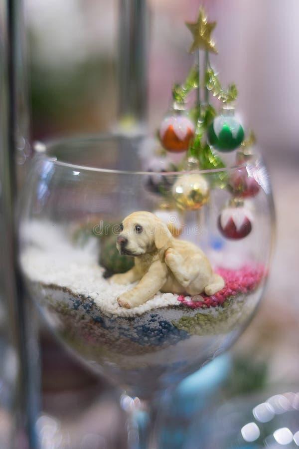 在玻璃的小雕象小狗 免版税库存图片
