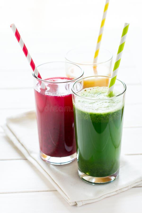 在玻璃的戒毒所饮料:从菜的新鲜的圆滑的人:甜菜、南瓜和菠菜 免版税库存照片