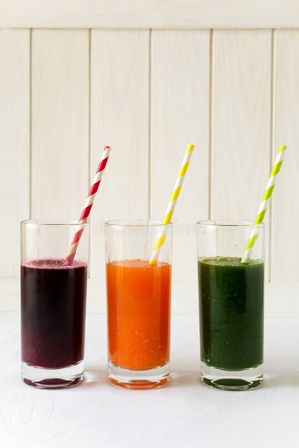 在玻璃的戒毒所饮料:从菜的新鲜的圆滑的人:甜菜、红萝卜、菠菜、黄瓜和苹果 免版税图库摄影