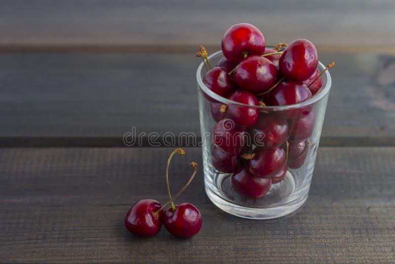 在玻璃的新鲜的有机成熟甜樱桃 免版税图库摄影