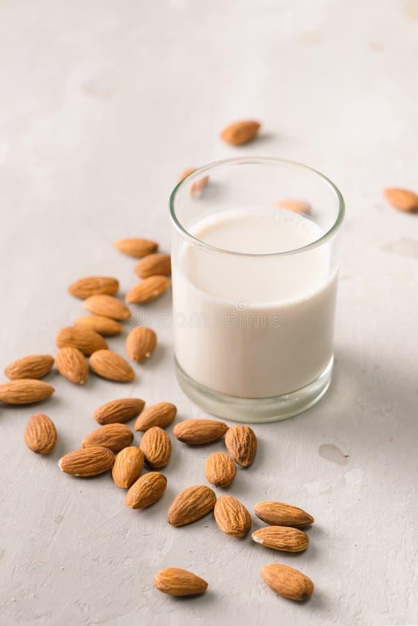 在玻璃的杏仁牛奶 有机健康快餐素食主义者素食主义者 免版税库存照片