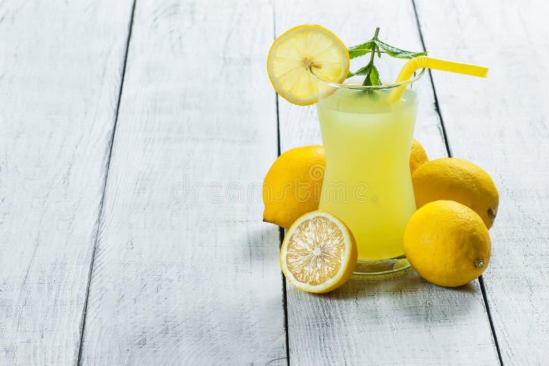 在玻璃的柠檬水 自创茶点夏天冷的饮料用新鲜的柠檬和薄菏 免版税库存照片