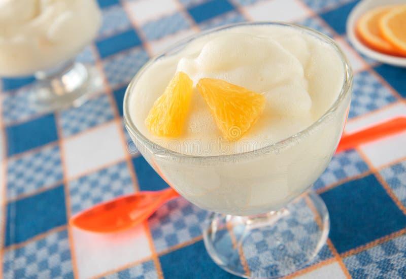 在玻璃的橙色奶油甜点 免版税库存图片