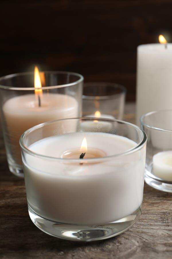 在玻璃的灼烧的蜡蜡烛 免版税库存照片