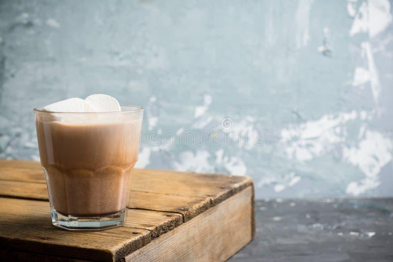 在玻璃的甜巧克力热饮 圣诞节饮料用香料和蛋白软糖 免版税图库摄影