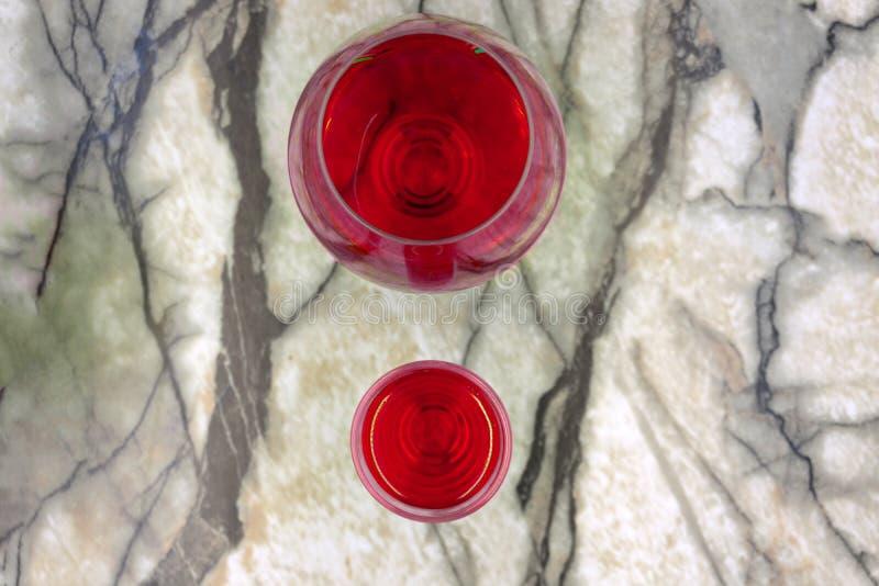 在玻璃的红色酒精饮料在酒吧 在夜总会的红色鸡尾酒 库存照片