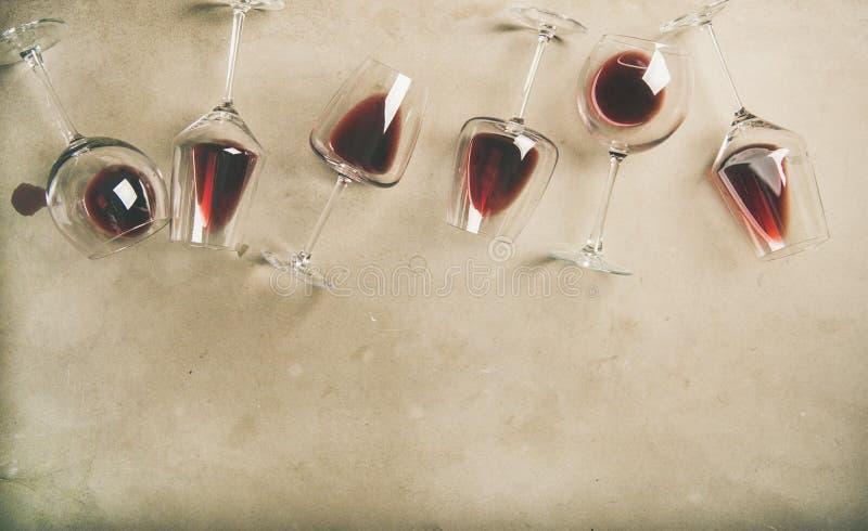 在玻璃的红葡萄酒在灰色具体背景,拷贝空间 图库摄影