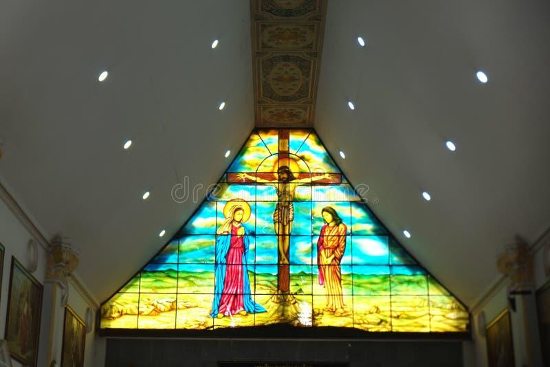 在玻璃的耶稣图片在教会里 免版税库存照片