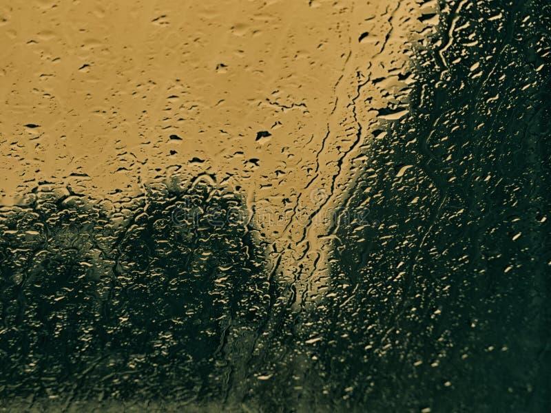在玻璃的背景雨珠 图库摄影