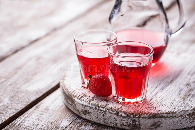 在玻璃的草莓酒 免版税图库摄影