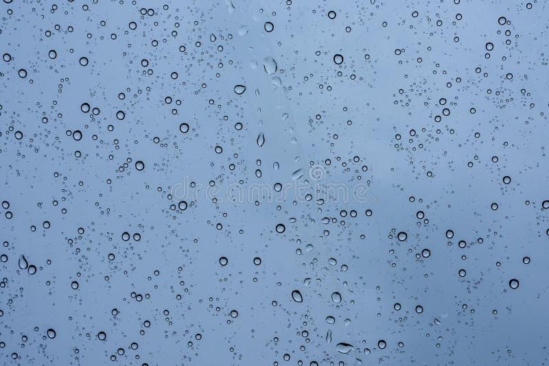 在玻璃的雨下落 免版税库存照片
