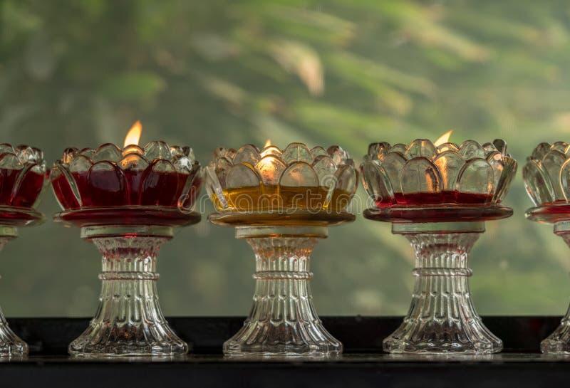 在玻璃盘的奉献的蜡烛在狂放的鹅塔 库存照片